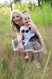 Mãe feliz com sua criança fora imagens de stock