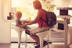 Mãe feliz com uma criança em um café fotos de stock