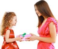 A mãe feliz dá a criança da caixa de presente, Natal, feriado, aniversário Fotografia de Stock Royalty Free