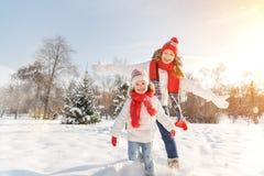 Mãe feliz da família e filha da criança que tem o divertimento, jogando em wi Fotos de Stock Royalty Free