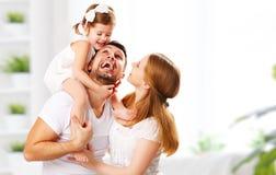 Mãe feliz da família, pai, criança em casa foto de stock royalty free