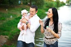 Mãe feliz da família, pai, filha da criança fotografia de stock