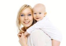 Mãe feliz e bebê de sorriso do retrato que têm o divertimento Imagens de Stock