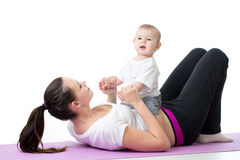 Mãe feliz e bebê que fazem exercícios saudáveis da aptidão Fotografia de Stock Royalty Free