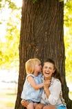 Mãe feliz e bebê que têm o divertimento no parque Foto de Stock Royalty Free