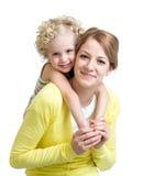 Mãe feliz e criança isoladas no fundo branco Foto de Stock