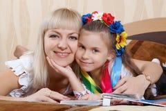 Mãe feliz e filha pequena Imagens de Stock