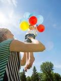 Mãe feliz e filha que jogam com balões fotografia de stock
