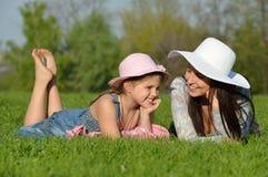 Mãe feliz e filha que riem junto fora fotografia de stock