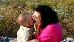 Mãe feliz e filho que jogam fora vídeos de arquivo