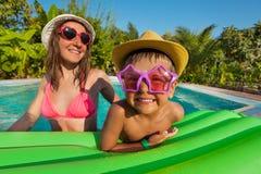 Mãe feliz e menino que vestem óculos de sol engraçados fotografia de stock