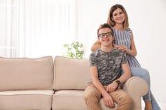 Mãe feliz e seu filho do adolescente em casa fotos de stock