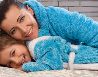 Mãe feliz e sua filha Foto de Stock