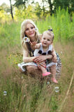 Mãe feliz e sua filha no descanso da natureza fotos de stock