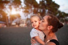 Mãe feliz e sua filha pequena exteriores foto de stock