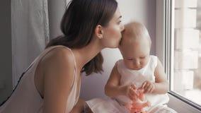 Mãe feliz nova que guarda sua criança recém-nascida Família em casa Mamã de sorriso bonita e bebê feliz junto vídeos de arquivo