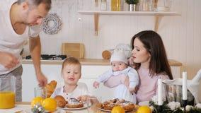 Mãe feliz, pai um filho que come o café da manhã em casa video estoque