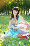 Mãe feliz que abraça sua filha na natureza imagens de stock