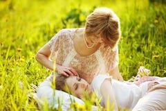 Mãe feliz que afaga a filha de sono imagem de stock royalty free
