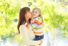 Mãe feliz que beija a criança da filha no verão Foto de Stock Royalty Free