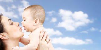 Mãe feliz que beija o bebê adorável Foto de Stock Royalty Free
