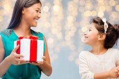 Mãe feliz que dá o presente de aniversário a sua criança Foto de Stock