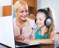Mãe feliz que ensina a filha pequena Imagens de Stock Royalty Free