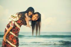 Mãe feliz que guarda sua filha imagem de stock