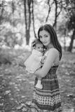Mãe feliz que joga com a filha pequena no parque do outono Imagem de Stock Royalty Free