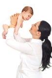 Mãe feliz que joga com seu bebê recém-nascido Fotografia de Stock