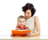 Mãe feliz que lê uma criança do livro Imagem de Stock