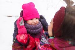 Mãe, filha que relaxa no inverno, imagens de stock royalty free