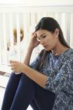 Mãe frustrante que sofre do cargo Natal Depression fotos de stock