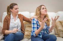 Mãe furioso que discute com sua filha adolescente Imagem de Stock