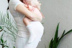 Mãe grávida com filha, barriga da gravidez da mulher com criança Maternidade feliz Esperando o nascimento do bebê no terceiro tri Imagens de Stock