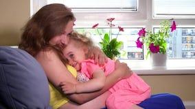 Mãe grávida e boneca loura do brinquedo do cuidado da menina em casa filme