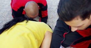 A mãe grita para sua filha ferida na rua filme