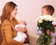 A mãe guarda a criança Fotos de Stock Royalty Free