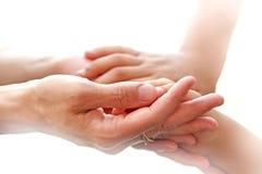 Mãe guardando as mãos Foto de Stock Royalty Free