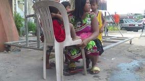 Mãe indigente que é cabelo preparado por suas crianças, implorando na porta portal da igreja filme