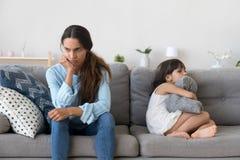 Mãe irritada e pouca criança teimoso que não falam após a discussão fotografia de stock royalty free