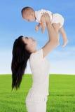 A mãe jogou acima seu bebê Fotografia de Stock