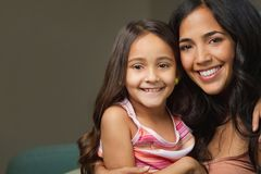 Mãe latino-americano nova e sua filha Foto de Stock