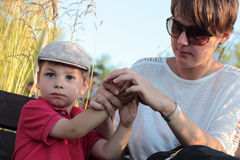 A mãe limpa as mãos suas mãos do filho Imagens de Stock Royalty Free