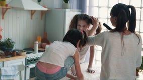 A mãe limpa sua filha da farinha com o aspirador de p30, movimento lento, vídeo engraçado