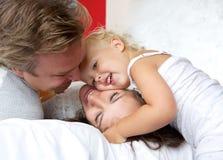 Mãe loving e pai que sorriem com jovem criança foto de stock