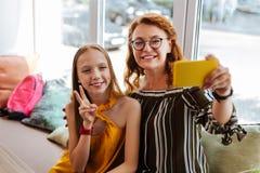 Mãe loving moderna que faz o selfie com filha adolescente Imagem de Stock Royalty Free