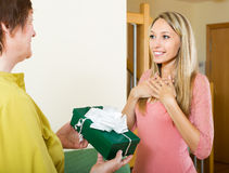 Mãe madura que apresenta o presente à filha adulta Foto de Stock Royalty Free