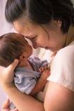 Mãe malaia asiática chinesa e seu bebê do infante recém-nascido Fotografia de Stock