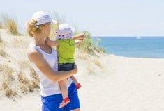 A mãe mostra a sua filha o mar Imagem de Stock Royalty Free